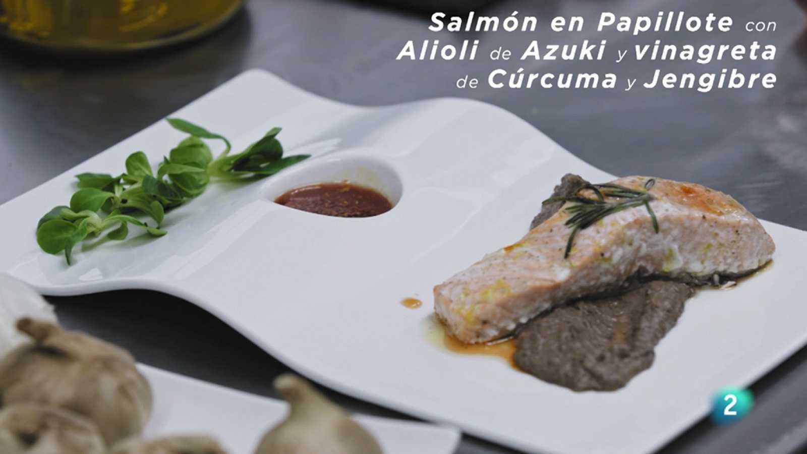 La nutricionista Magda Carlas y Rafa Martínez, chef del Restaurante Can Xurrades, realizan una receta con alimentos antiinflamatorios para ayudar a paliar el dolor.