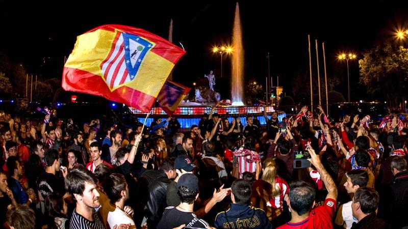 Pasada la media hora tras la finalización del partido comenzaron a acudir aficionados rojiblancos a la fuente madrileña, acordonada por los efectivos policiales en previsión del festejo y con el tráfico cortado en todos sus accesos.