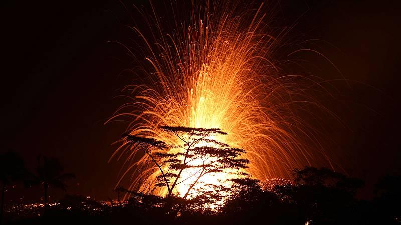 El volcán Kilauea de Hawai ha entrado en erupción explosiva este jueves lanzando una columna de ceniza a más de 9.000 metros de altura sobre el nivel de mar, según ha informado el Servicio Geológico de Estados Unidos (USGS). Protección Civil ha pedid