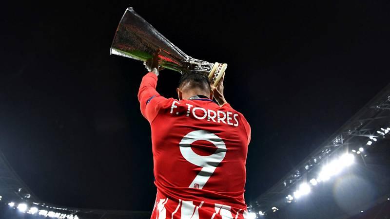 Los jugadores colchoneros celebraron el triunfo en la Europa League sobre el césped.