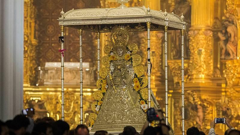 La Virgen del Rocío sale de madrugada de su ermita tras un salto de la reja adelantado