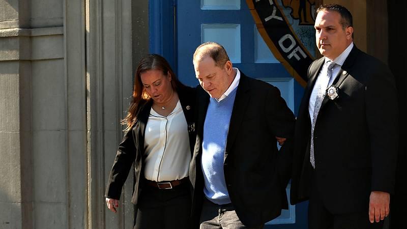 Weinstein se entrega por dos casos de abuso sexual y queda en libertad bajo fianza