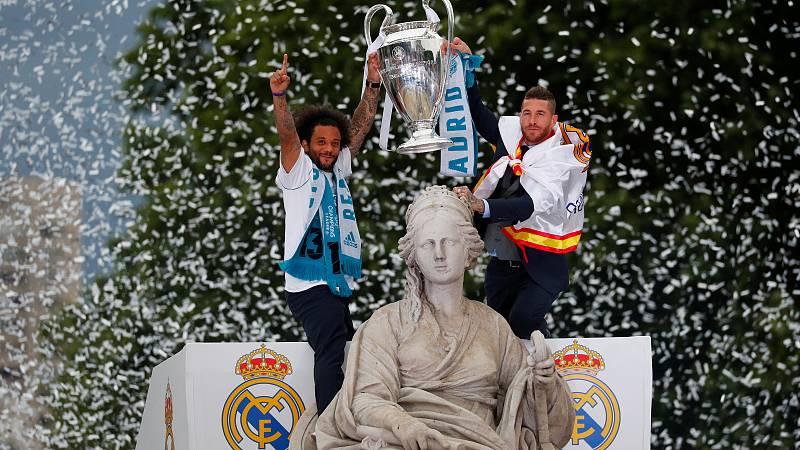 Los jugadores del Real Madrid han celebrado la consecución de la 13ª Champions de su equipo en la estatua de Cibeles, tradicional lugar de festejo de los triunfos merengues.