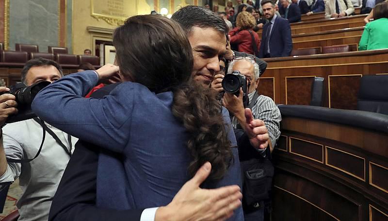 """Ovación, alegría y gritos de """"Sí se puede"""" tras la victoria de Pedro Sánchez"""