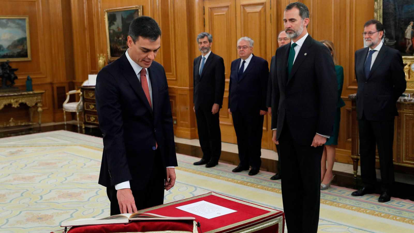 Pedro Sánchez, primer presidente que promete su cargo sin crucifijo ni Biblia