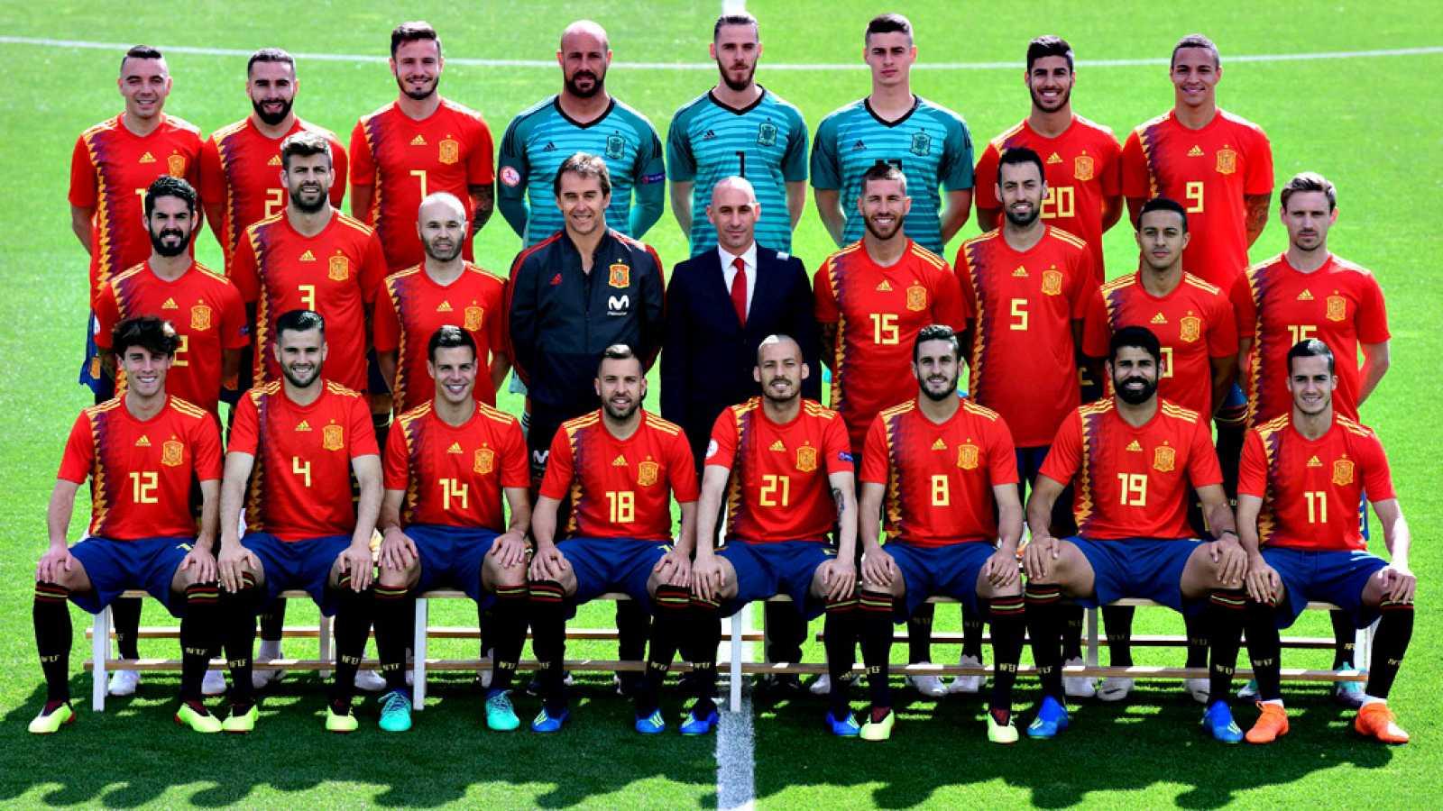 La selección española al completo ha tenido una mañana de compromisos reglamentarios en la previa de un Mundial: foto oficial, controles antidopaje de la FIFA, entrenamiento y acabaron la jornada matinal recibiendo la visita del presidente del Gobier