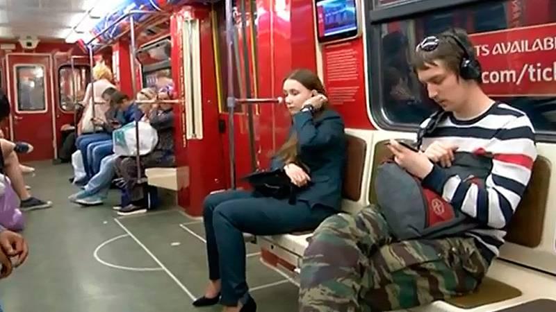 El bello metro de Moscú, también conocido como el Museo del Pueblo, se ha contagiado de los colores del Mundial de fútbol y se ha adaptado para que los aficionados de todo el mundo lo utilicen para moverse por la ciudad.