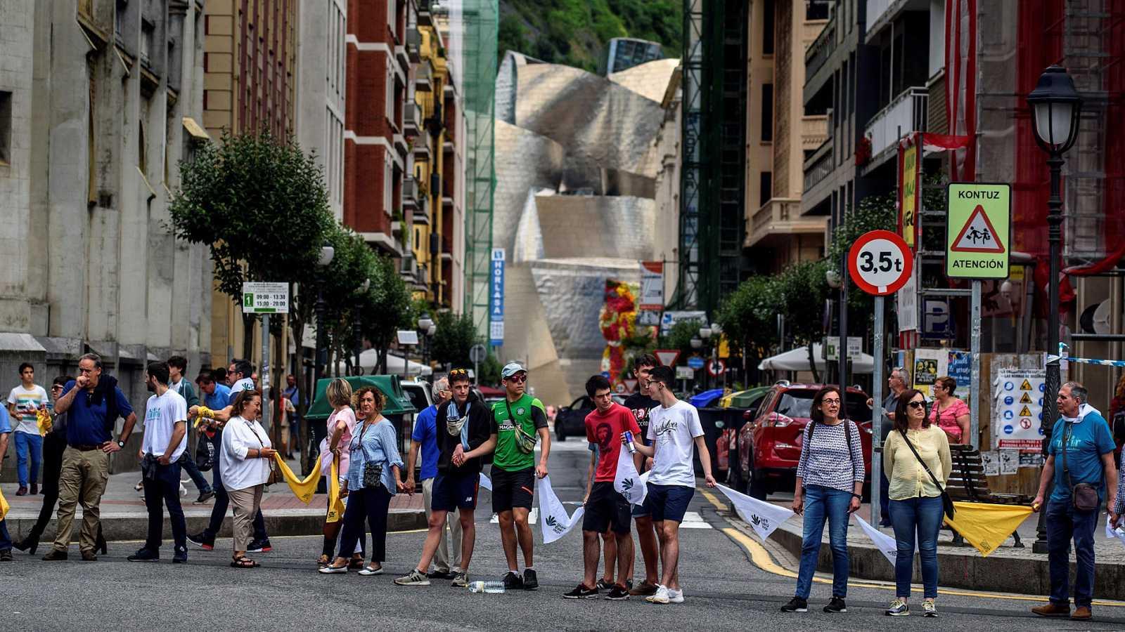 Una cadena humana de 200 km une las 3 provincias vascas en favor del derecho de autodeterminación