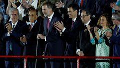 El rey es vitoreado por el público durante la inauguración de los Juegos del Mediterráneo de Tarragona