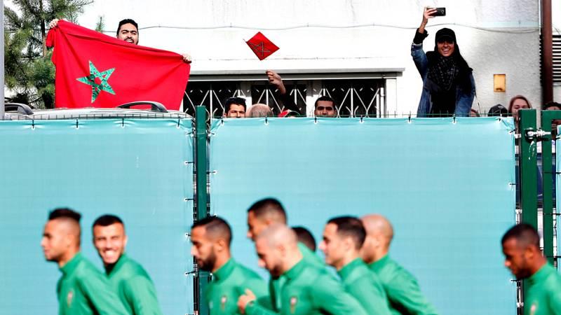 A la llegada de España, con las habituales medidas de seguridad, esperaban unos 70 aficionados locales y españoles a la caza de algún foto o autógrafo de los futbolistas de la selección española.