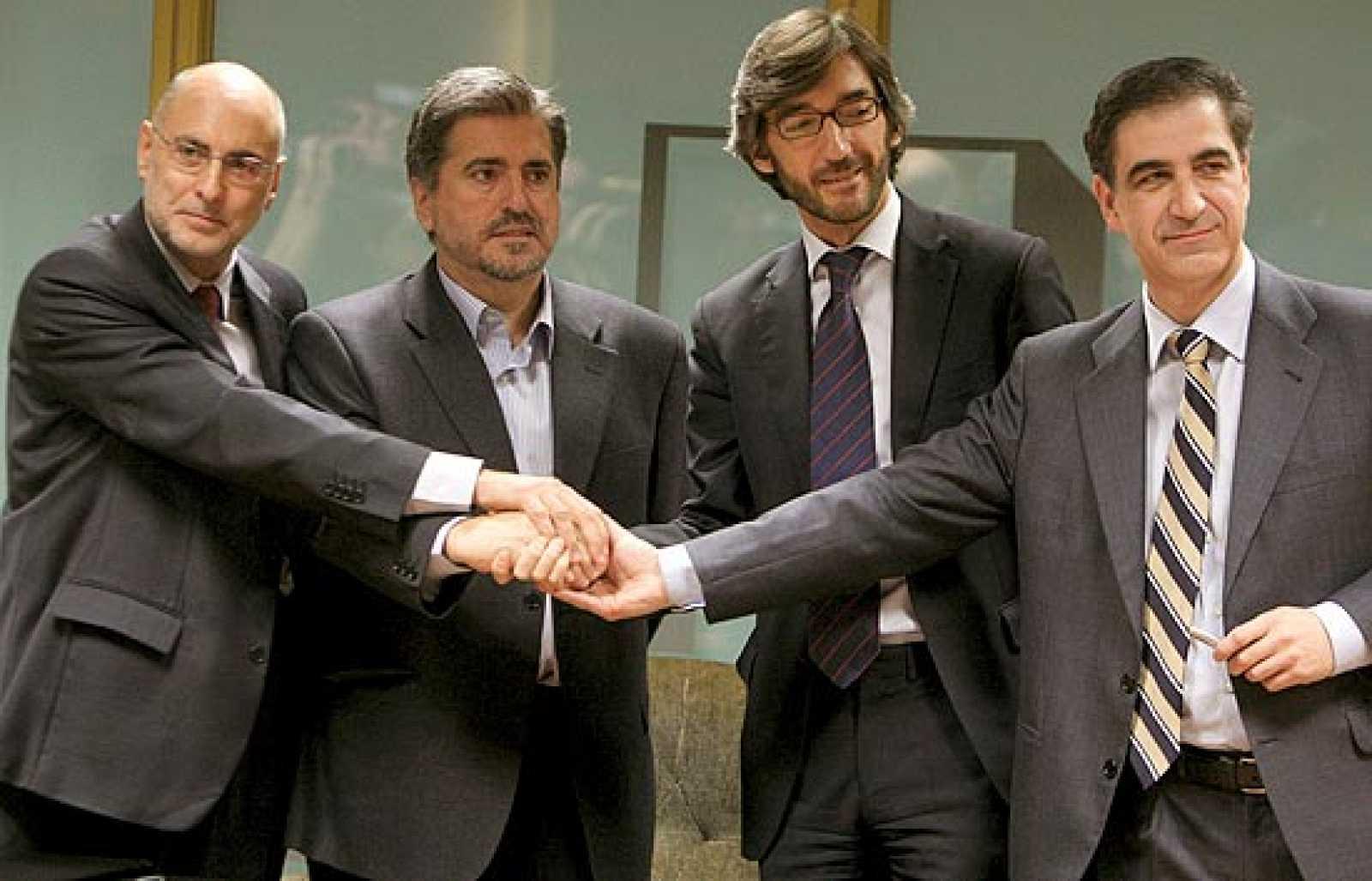 """Los socialistas y populares vascos han firmado el acuerdo """"Bases para un cambio democrático al servicio de la ciudadanía vasca"""" que garantiza el apoyo del PP a la investidura de López como lehendakari."""