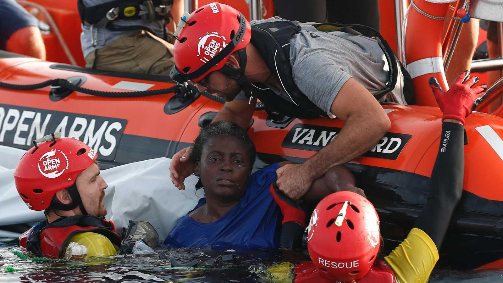 La ONG Proactiva denuncia que la guardia costera dejó morir a una mujer y un niño en el Mediterráneo