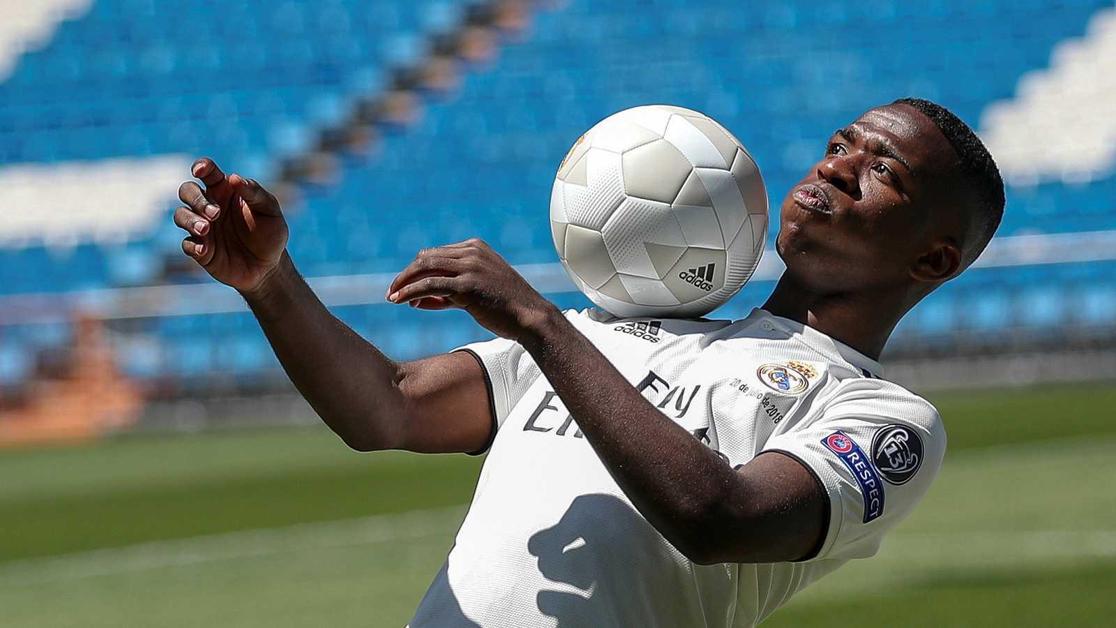 El brasileño Vinicius Jr. ha sido presentado como nuevo jugador del Real Madrid en el Santiago Bernabéu. Mientras, el Atlético de Madrid hacia lo propio con Rodri, el centrocampista que llega del Villarreal.