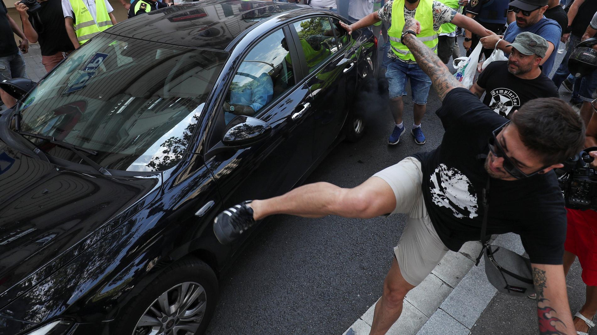 2e9a858ef21e Uber y Cabify suspenden su actividad en Barcelona por las agresiones de  taxistas