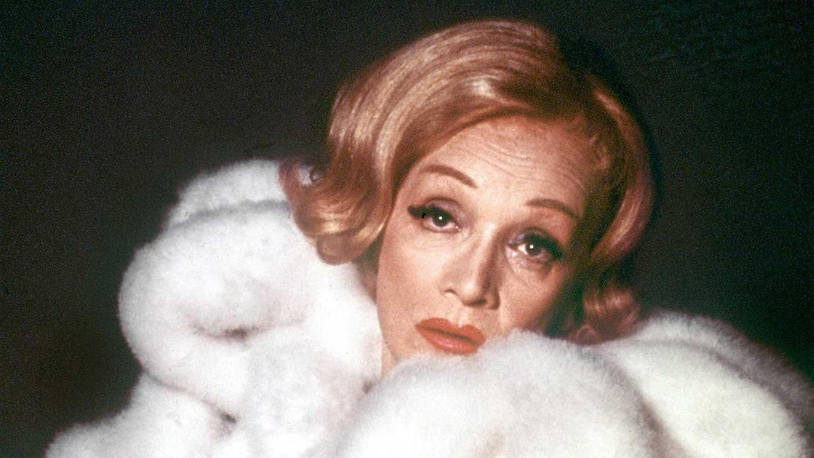 Si hay un mito berlinés, ese es Marlene Dietrich. Su legado personal se puede visitar en el Museo del Cine de la capital alemana. 130 objetos,vestidos y accesorios de una mujer prusiana que rompió muchos moldes: la primera que uso un smoking masculin