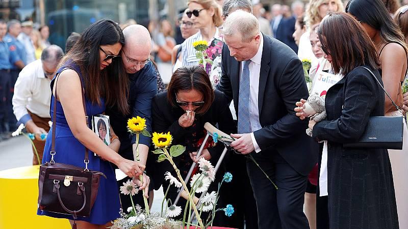Familiares de las víctimas de los atentados en Cataluña realizan una ofrenda floral