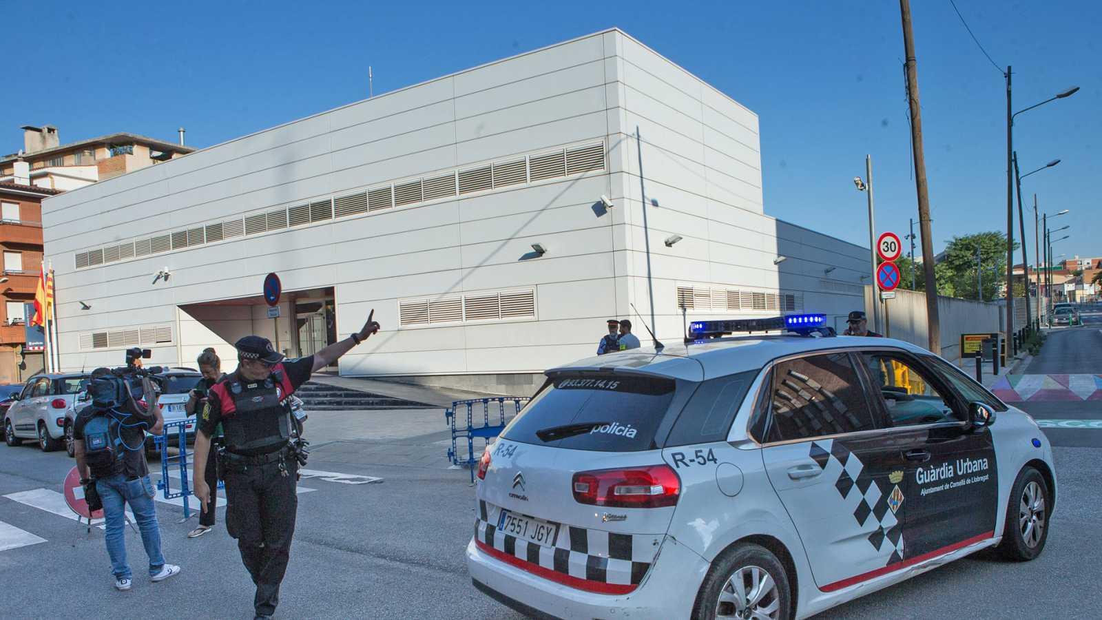 """Abatido un hombre armado al intentar atacar la comisaría de Cornellà al grito de """"Alá es grande"""""""