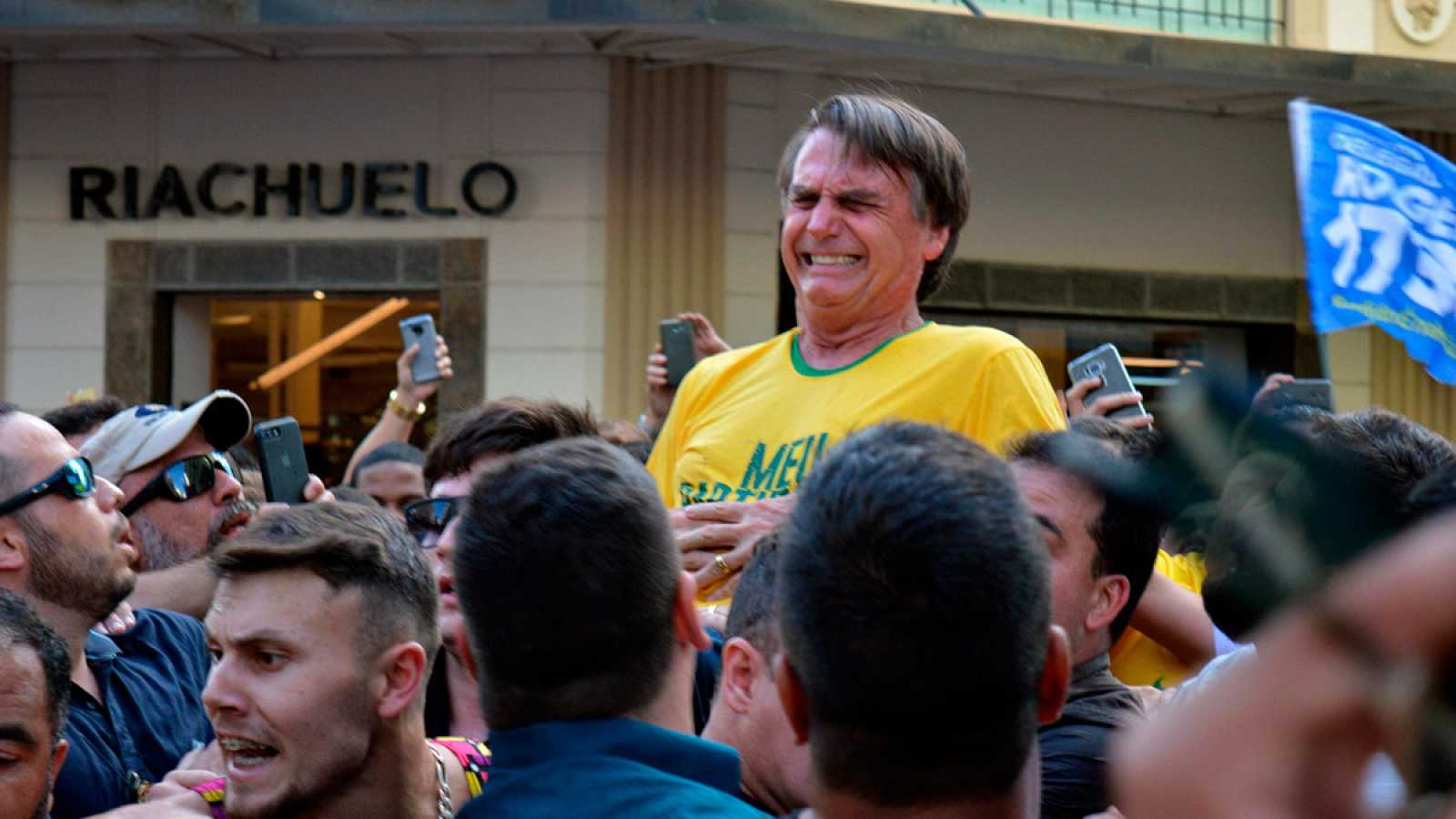 Apuñalado el candidato ultraderechista brasileño Jair Bolsonaro en un acto electoral
