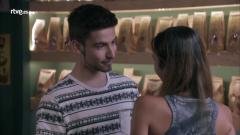 Servir y proteger - Pilar y David se besan