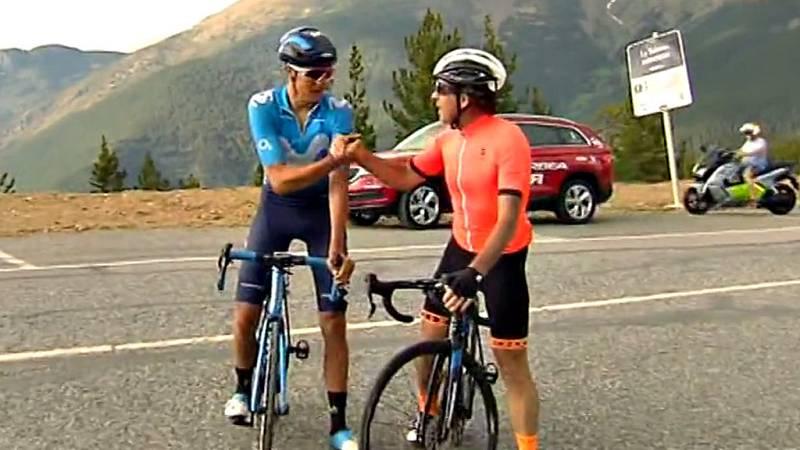 El comentarista de TVE asciende junto al ciclista Marc Soler (Movistar) el puerto andorrano.