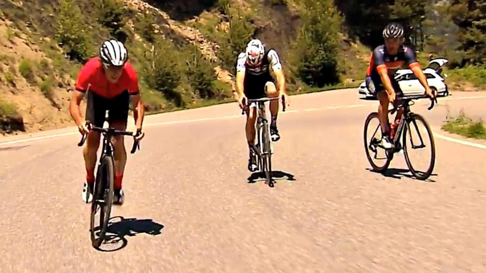 El comentarista de TVE, Pedro Delgado, asciende junto a Joaquim 'Purito' Rodríguez y junto al piloto Aleix Espargaró la última ascensión de la Vuelta 2018.
