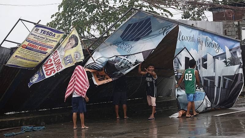 El tifón Mangkhut se debilita tras salir de Filipinas