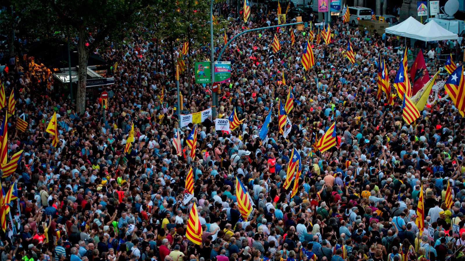 Miles de personas reivindican las protestas del 20S ante la Consellería de Economía