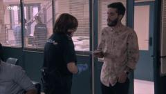 Servir y Proteger - Remo entrega la carta del terrorista en la comisaría