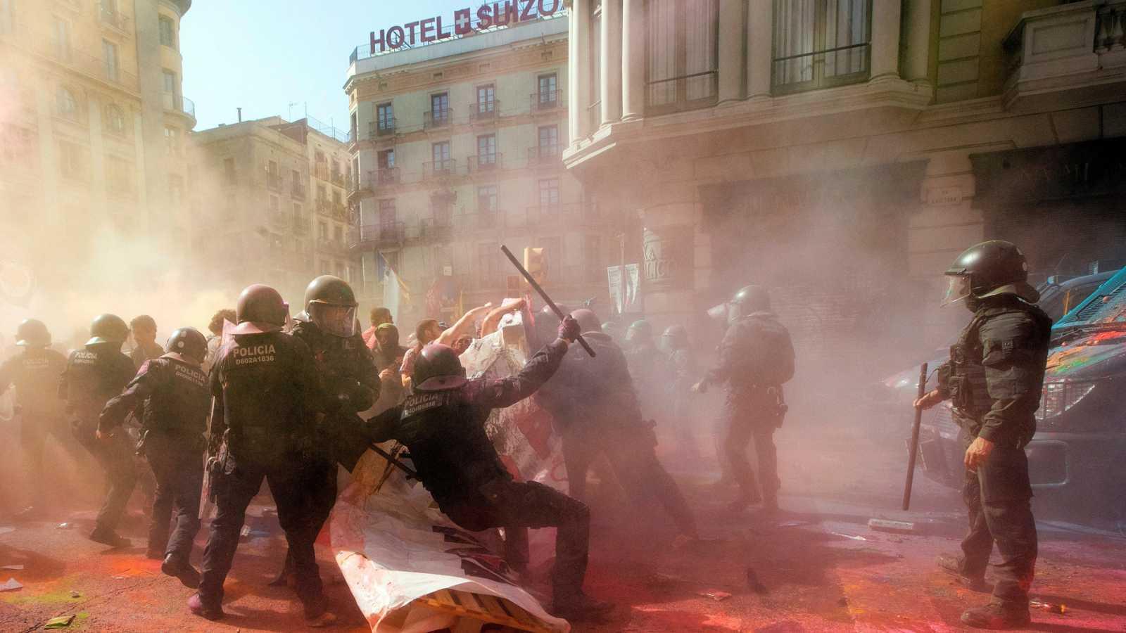 Tensión en Barcelona por el intento de los independentistas de impedir una manifestación de policías