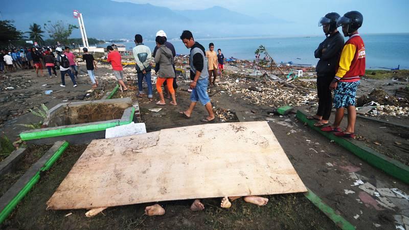 Siguen buscando a víctimas atrapadas tras el tsunami de Célebes, en Indonesia