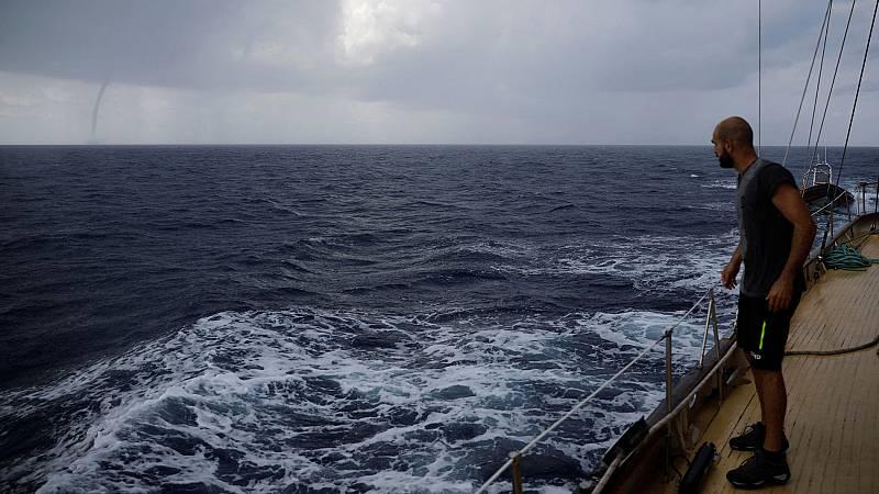 """El """"Astral"""", el barco de Open Arms, continúa trayecto hacia aguas internacionales para denunciar que faltan buques de rescate de las ONG en el Mediterráneo central. En estos momentos está cerca de Cerdeña y va rumbo a Libia. A bordo viaja un equipo d"""