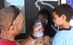Repor - Plastificados - Miembros de la plataforma ¿Per un mar sense plastic¿ hacen una demostración del SDDR en Andratx , Mallorca