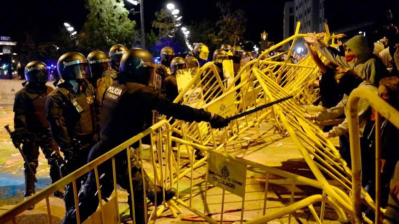 Los Mossos cargan contra un grupo de radicales a las puertas del Parlament