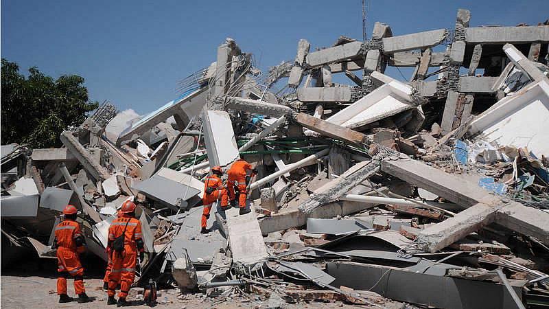 Indonesia sigue buscando a supervivientes del tsunami que ha dejado más de 800 muertos