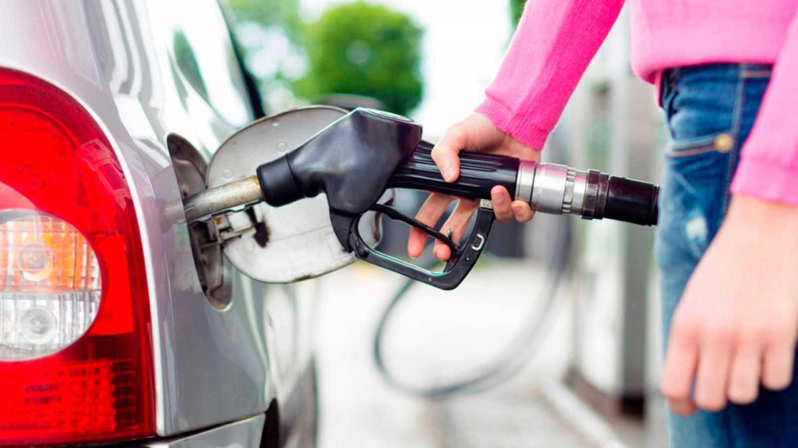 """A partir del doce de octubre cambia el etiquetado de los combustibles en las gasolineras: la gasolina se identificará con un círculo y la letra """"E"""", el diésel con un cuadrado y la leta """"B"""", y los gases con un rombo."""