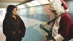 Inés se encuentra con Mike pidiendo en el metro