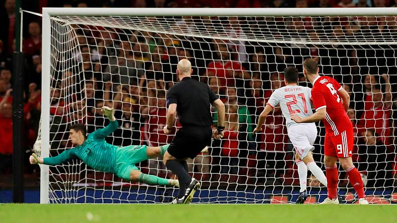 Con un remate entre la cabeza y el brazo, el galés Vokes anotó el tanto del honor de su selección contra España.