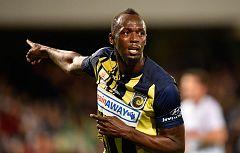 Usain Bolt ya golea... y por partida doble