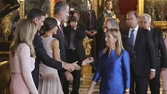 Error de protocolo en el saludo de Pedro Sánchez a los reyes en el Palacio Real