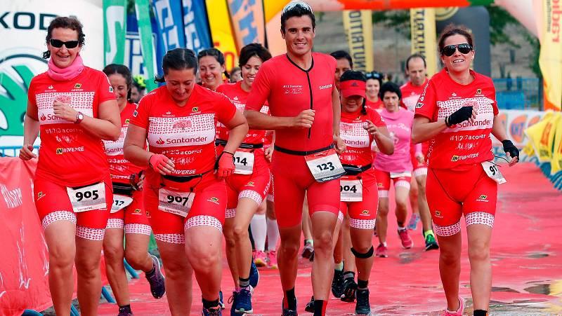 El triatleta Javier Gómez Noya ha corrido el triatlón de Madrid junto al equipo 'Corre en rosa', compuesto por mujeres que han sufrido un cáncer de mama. Noya está recién llegado de disputar su primer Ironman de Kona.