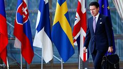Un eurodiputado de la Liga Norte pisotea los papeles de Moscovici tras vetar los presupuestos