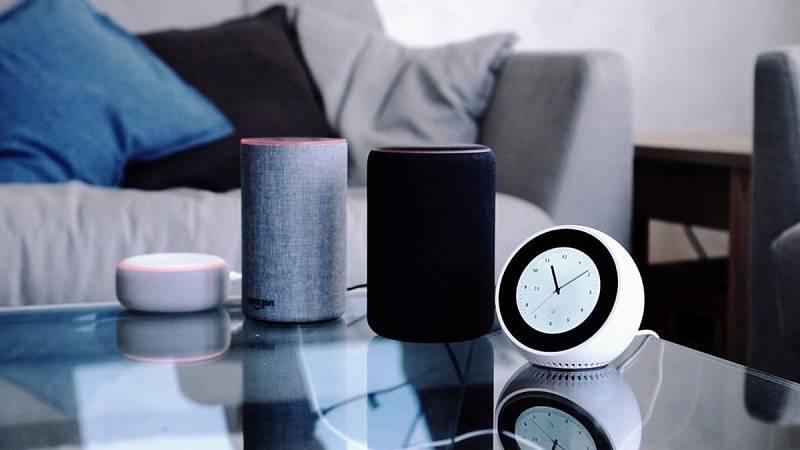 Escuchar música, apagar y encender las luces o hacer la compra son solo algunos de los cientos de comandos que el dispositivo inteligente para el hogar 'Amazon Echo' y su asistente virtual Alexa, que se han lanzado en España, permiten ejecutar con un