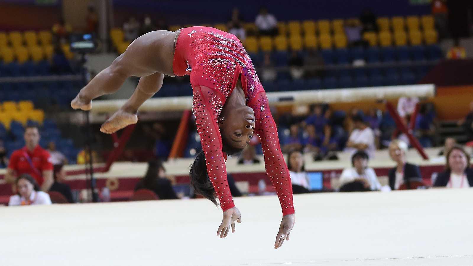 La gimnasta estadounidense Simone Biles se proclamó este martes campeona del mundo por equipos con Estados Unidos. La sensación de Río 2016 no competía desde los Juegos y ha vuelto al máximo nivel.