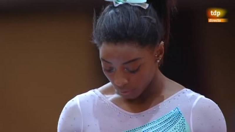 La gimnasta estadounidense se fue al suelo en el primer ejercicio de la final.