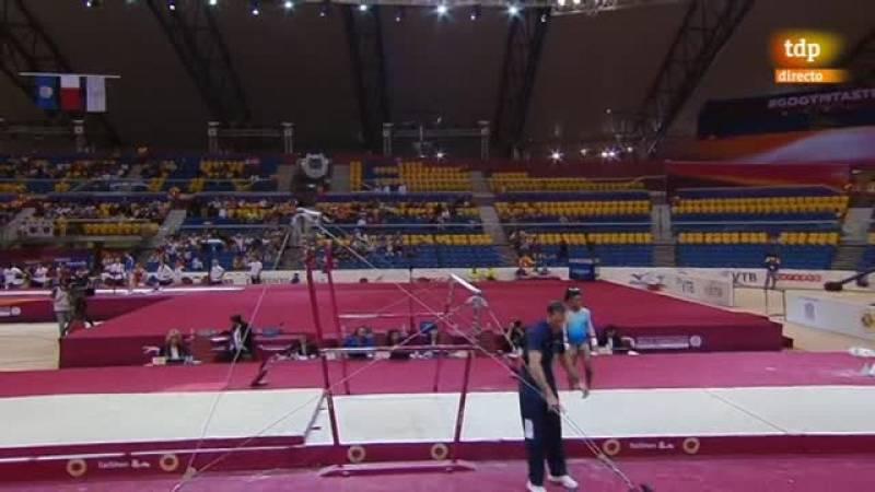 Después de la caída en el salto, endereza la final con su ejercicio en las barras.