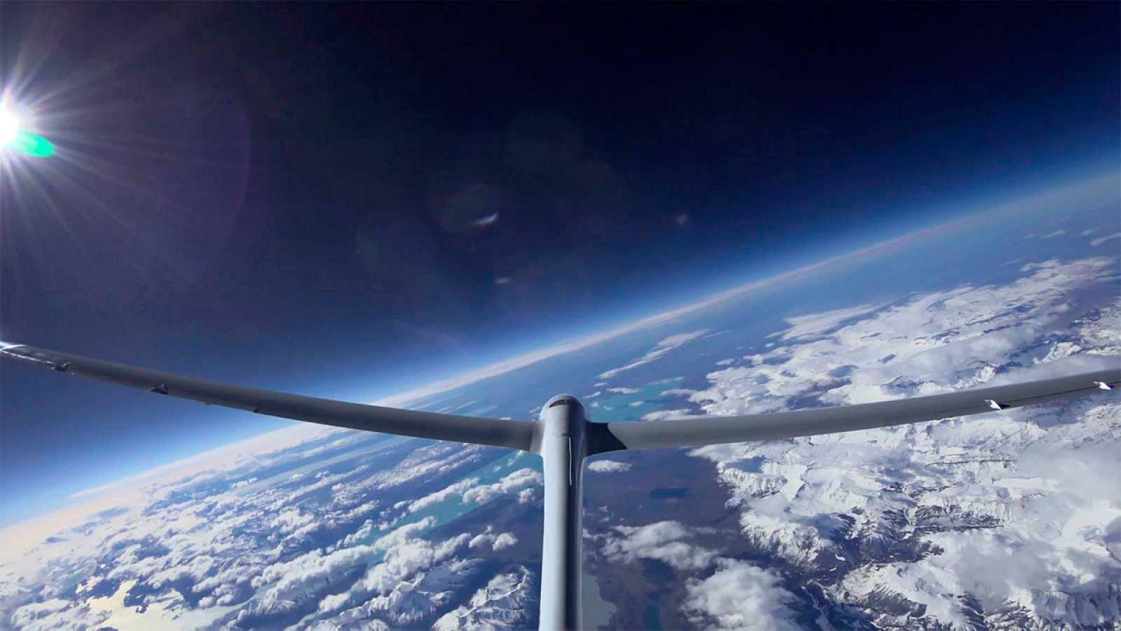 El planeador Perlan II ha establecido en la Patagonia el récord de altitud de vuelo sin motor en 23.200 metros. Además de otros fines científicos, este prototipo desarrollado por Airbus persigue allanar el camino para la navegación aérea comercial a