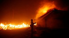 El incendio de California avanza sin control y amenaza a varias poblaciones
