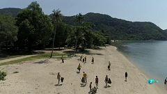 Una ONG suiza limpia las playas de Tailandia