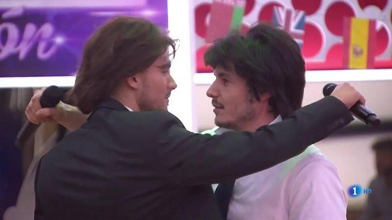 "Chat OT 2018 - Carlos y Miki cantan ""Bailar pegados"""