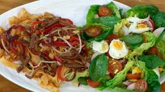 Torres en la cocina - Ensalada y presa ibérica con tallarines de zanahoria